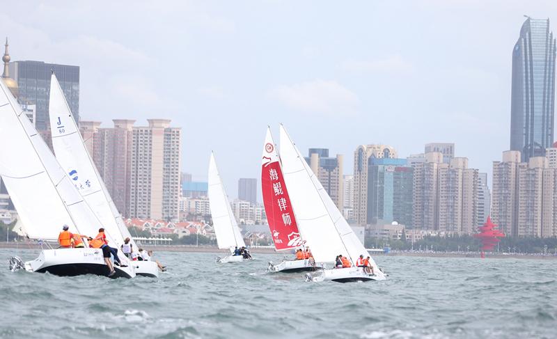[精彩]青岛国际名校帆船赛顺利起航为荣誉而战